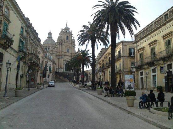 Ragusa Ibla : La piazza principale di Ibla con il duomo sullo sfondo