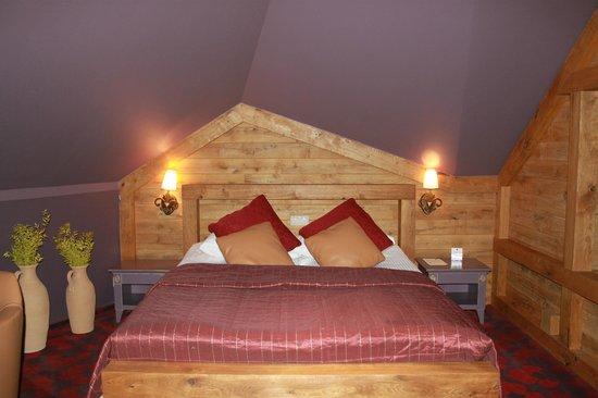 Hotel Zubrowka: кровать вномере