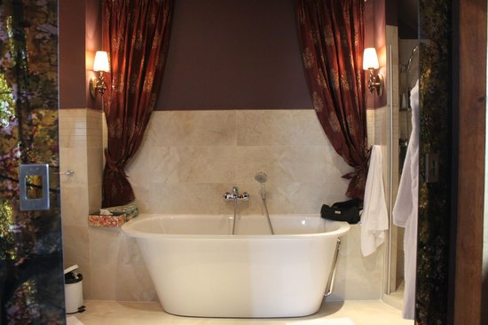 Hotel Zubrowka: Ванна в ванной комнате