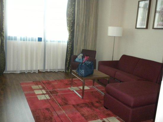 Hilton Garden Inn Sevilla: Salón independiente a la habitación con baño propio