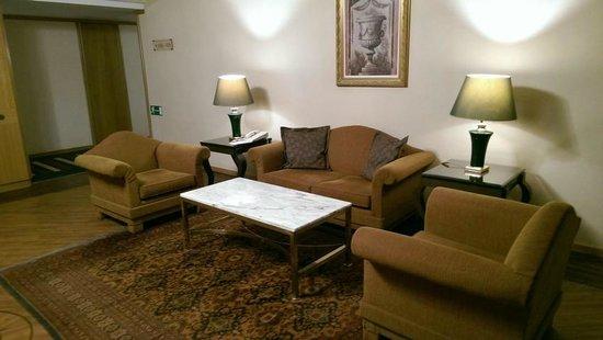 Divani Caravel Hotel: Auf dem Flur zum Verweilen vor dem Fahrstuhl. 4. Stock