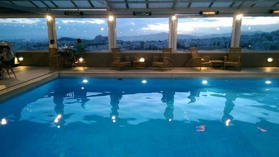 Divani Caravel Hotel: Pool mit blick auf Akropolis