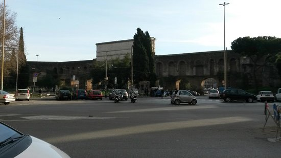 SHG Hotel Porta Maggiore: View from outside the entrance