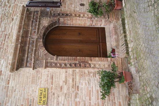 Il Vecchio Torchio B&B: Portale d'ingresso del XVI sec.