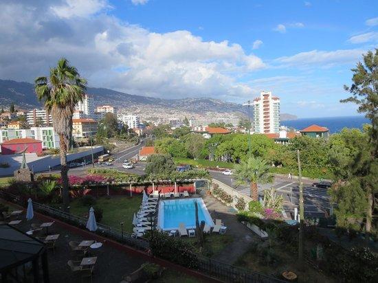 Quinta Perestrello : Photo from 3rd floor balcony at 7pm