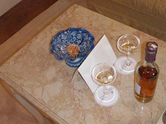 Belmond Grand Hotel Timeo: Detalle de bienvenida: vino de almendras
