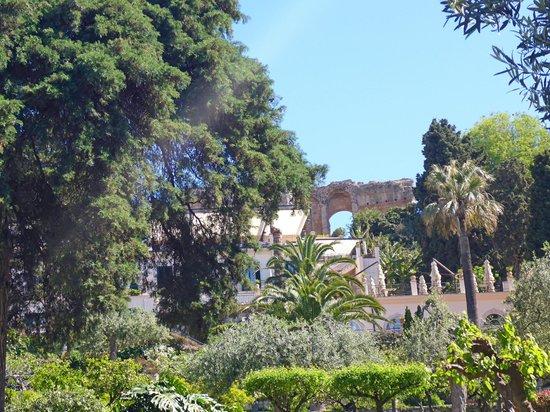 Belmond Grand Hotel Timeo: Jardines y teatro griego al fondo