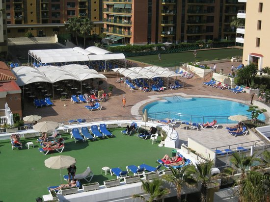 Sol Don Marco: New pool, with outside bar and cafe. In the background a bowling green.