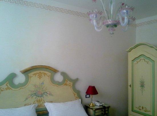 Hotel La Fenice Et Des Artistes: petite chambre