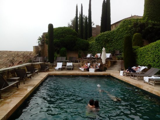 Hotel Crillon le Brave : les jardins depuis la piscine