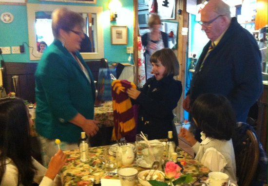 Strand Tea Rooms: Nanny knitted a gryfindor scarf x