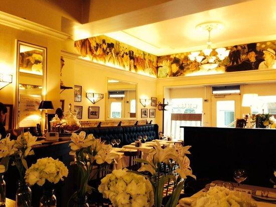 L\'intérieur du restaurant et les fleurs de printemps en décoration ...