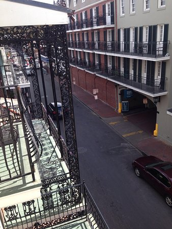 Hotel St. Marie: You can see Bourbon St from the balcony
