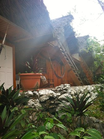Hostal El Portal de Champey: Dorms up the hill