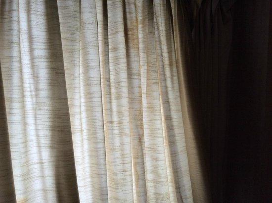 Suipacha Suites: Esas cortinas no ven el agua hace mas de un lustro...