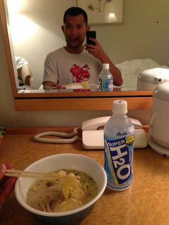 Hiroshima Airport Hotel: Having instant noodle inside the room