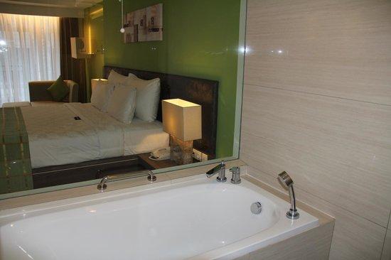 Sing Ken Ken Lifestyle Boutique Hotel : Blick von der Dusche ins Zimmer
