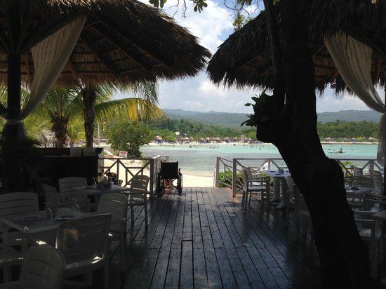 Grand Bahia Principe Jamaica : lunch place right near beach (Jerk Chicken)