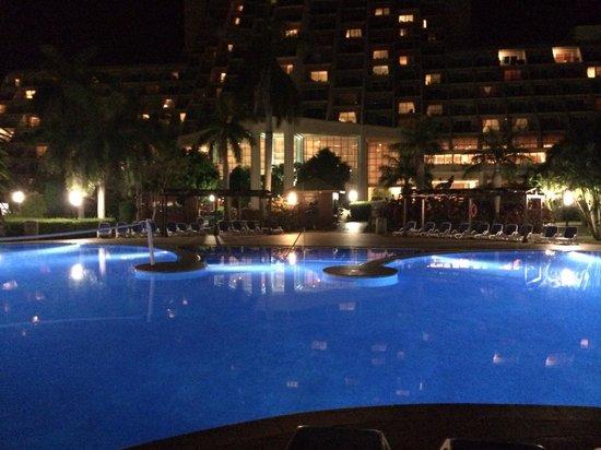 Blau Varadero Hotel Cuba: Swimming pool at night