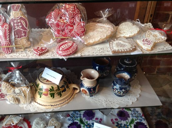 Tulipan Hungarian Pastry & Coffee Shop: Display case