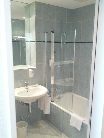 Hotel Berchtold : bagno luminoso e curato