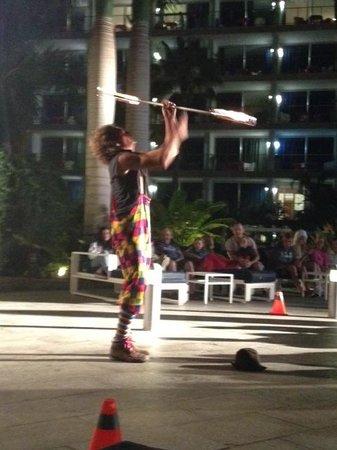 Marina Suites : Kvällsshow, eldjonglör