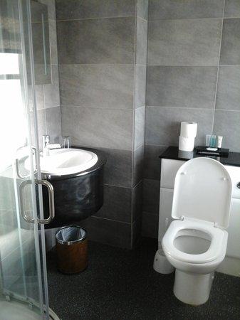 Riviera Hotel : Small clean bathroom