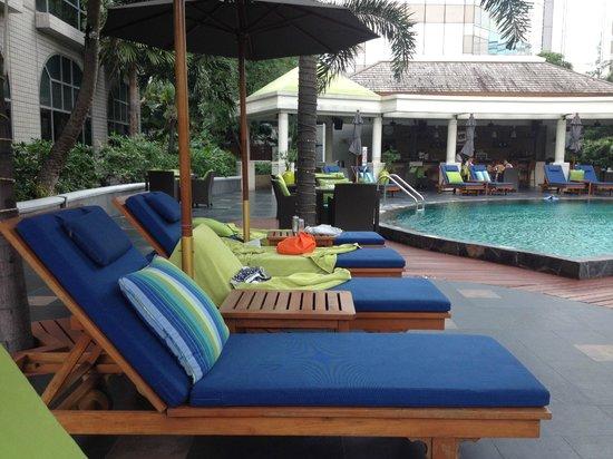 Conrad Bangkok Hotel: Pool area towards the bar