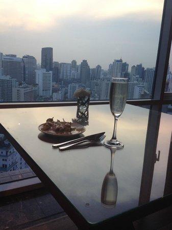 Conrad Bangkok Hotel : Prosecco and satay at the executice lounge