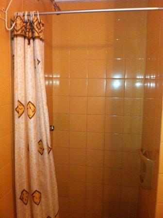 Hotel Argentina: ducha muy pequeña