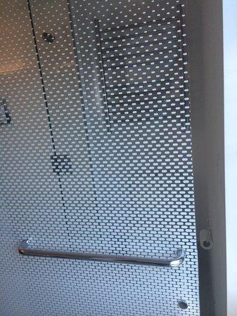 YOTEL New York at Times Square West: Porta che avrebbe dovuto dare un po' di privacy a chi andava in bagno ma che non si chiudeva ben