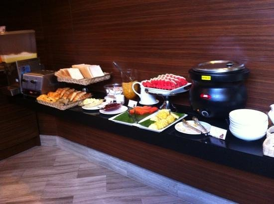 On8 Sukhumvit Nana By Compass Hospitality: breakfast spread