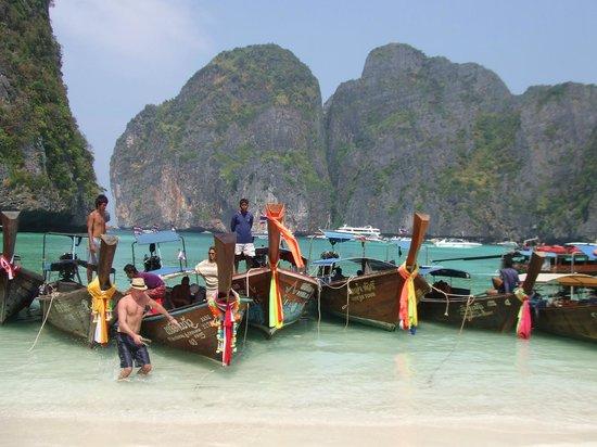 Phi Phi Villa Resort : Maya Beach overcrowded with longboats and speedboats