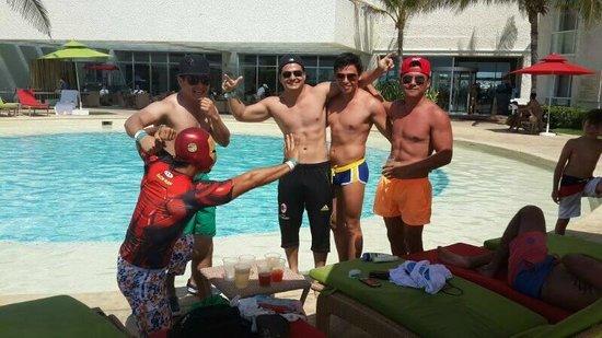 Sunset Royal Cancun Resort: Mis hermanos con Iron Mar (yo)