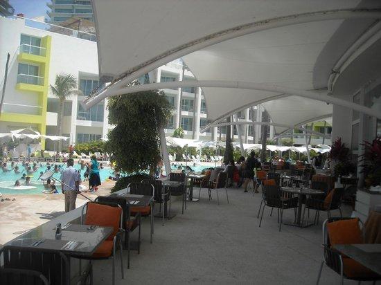 Hilton Puerto Vallarta Resort: Comedor cerca de la alberca