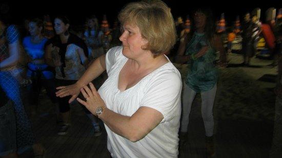 Hotel Club La Villa: Ornella, serata danzante in spiaggia