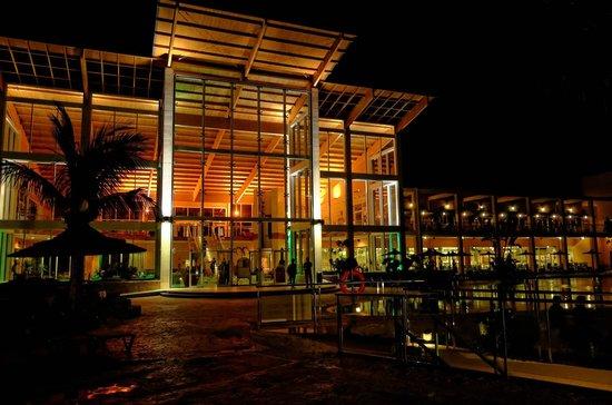 Ambar Beach Resort & Spa: piscine et lobby de nuit