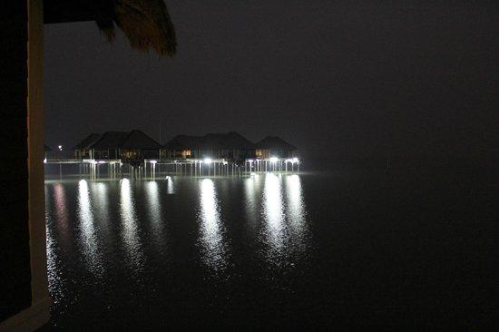AVANI Sepang Goldcoast Resort: At night, villas light the water