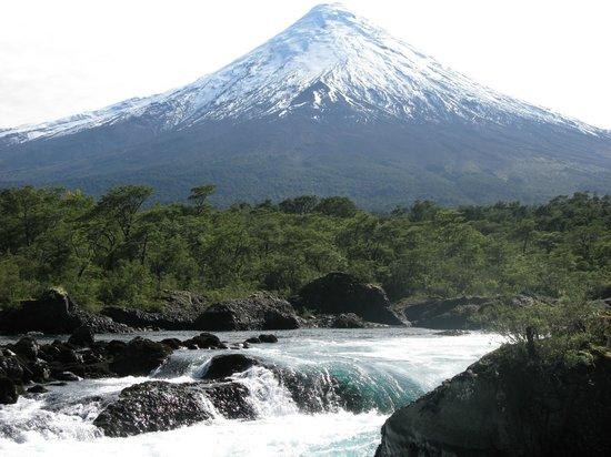 Saltos del Petrohue: Vista al Volcán Osorno