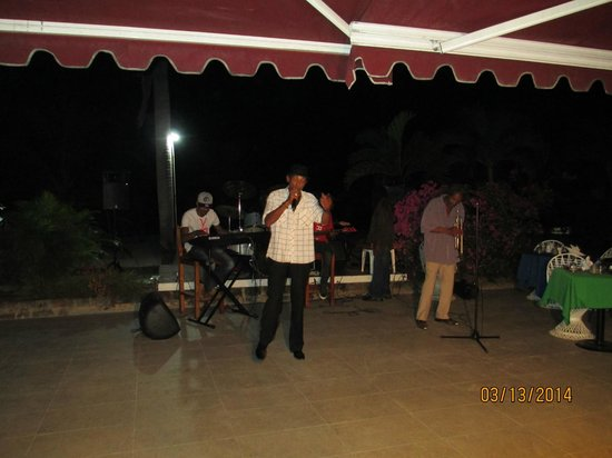 Charela Inn / Le Vendome: Entertainment in the indoor-outdoor dining area