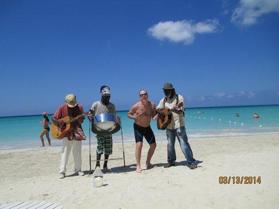 Charela Inn / Le Vendome: wandering minstrels on the beach