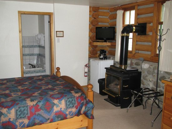 Patricia Lake Bungalows Resort: The only log cabin at Patricia Lake