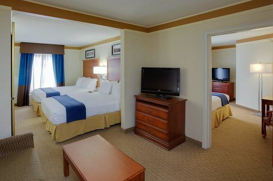 Holiday Inn Express Hotel & Suites: 2 Room Family Suite