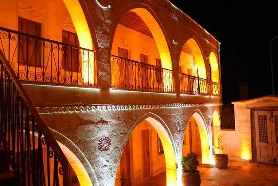 Duven Hotel: hotel at night