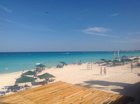 GR Solaris Cancun: GR Solaris beach looking south
