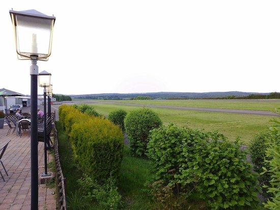 Cafe und Bistro am Flugplatz: Blick über die Start/Landebahn