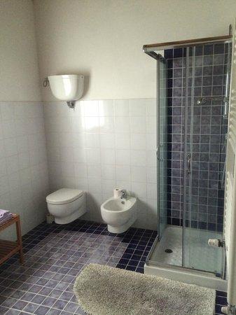 Al Giardino degli Etruschi: Other side of the bathroom-bright, clean, modern, spacious