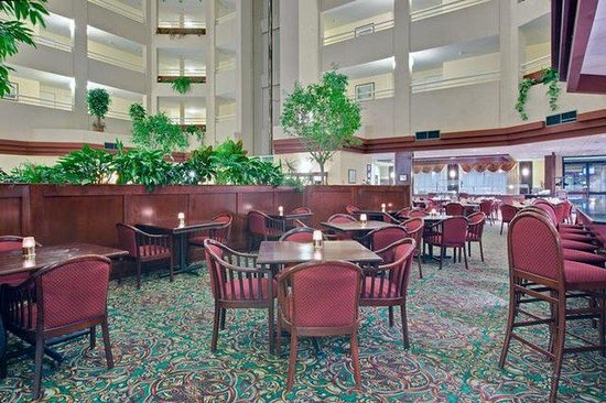 Holiday Inn Montreal Longueuil : Bar and Lounge