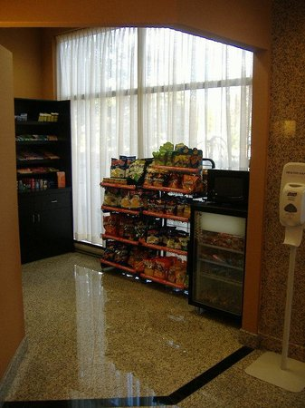 Holiday Inn & Suites - Ambassador Bridge : Located next to the front desk, variety of products available.