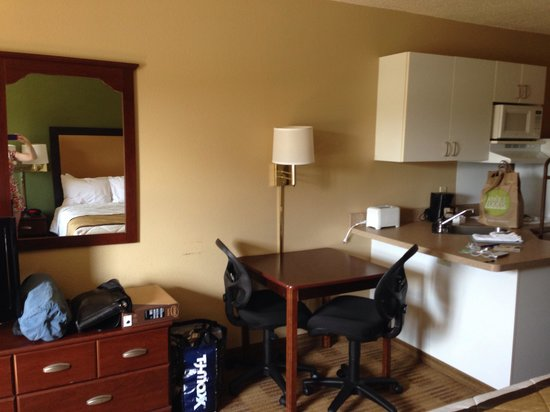 Extended Stay America - Savannah - Midtown: Kitchen-living area